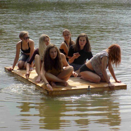 Cestou ze spaní v přírodě zpět do tábora byla u rybníka Leopoldov realizována projížďka na voru.