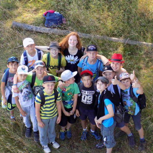 Oddíl středních mladších kluků při cestě do Manětína.