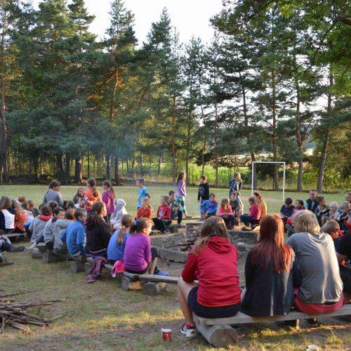 V táboře se večer ostatní oddíly shromáždily kolem táboráku. Kytarově-pěvecké trio a místy kvarteto se dalo do díla.