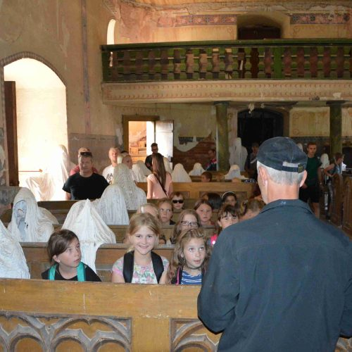 Kostel Sv. Jiří v Lukové je proslulý originální instalací sádrových soch, které byly odlity přímo na místě. Figurální plastiky přilákají do kostela tisíce návštěvníků ročně a tímto způsobem se pomalu shromažďují finance na opravu kostela.