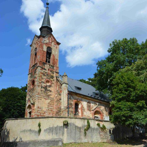 Po poledním klidu vyrazila většina táborníků do kostela v nedaleké vesničce Luková. Jak vidno, tohle tajemné místo zlákalo k výletu i mafiány z jiného tábora.