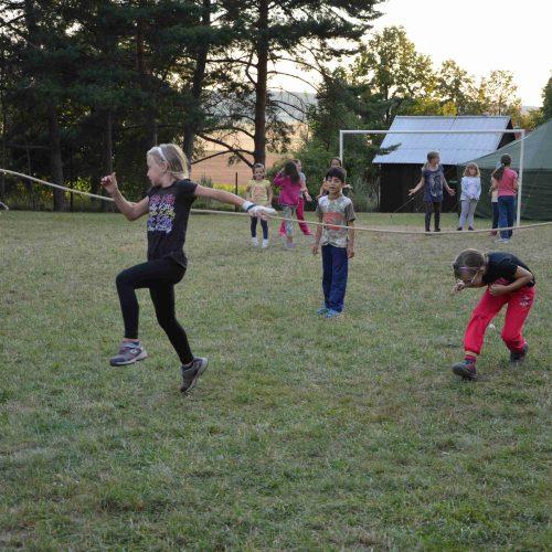 Nejmenší děti si užívaly sportovní program na hřišti.