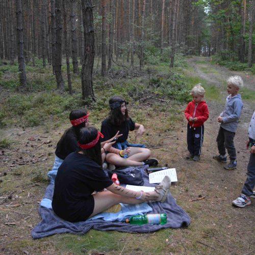 A po skupinkách jsme je také kolem půl deváté večer začali pouštět do pohádkového lesa.