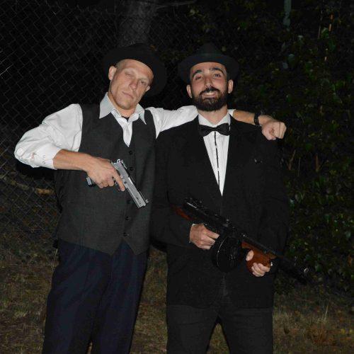 Duo Mario a Francesco, které si v noci do lomu vyrazilo pro svůj uschovaný lup. Akce měla ale háček - narazili na 22 rozespalých mafiánů. Ti zrovna nesršeli ochotou vydat zamčenou bednu, kterou našli v trávě při příchodu na nocování. Po úspěšném odkódování zámku se k nelibosti ostrých chlápků obsah bedny musel dělit.