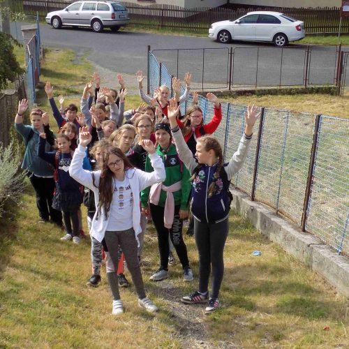 Starší střední a střední holky zvolily jako svůj bod zájmu zámek v obci Chyše. Ráno pěšky tam a odpoledne zpět částečně vlakem a částečně po svých.