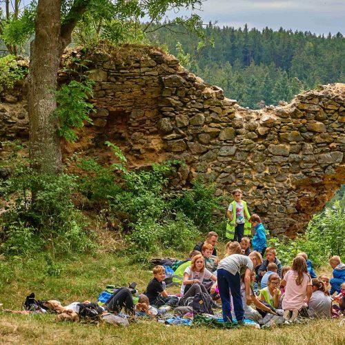 Nejmenší oddíly dobyly zříceninu hradu Nečtiny. Celkově nejmladší děti ušly 18 km.