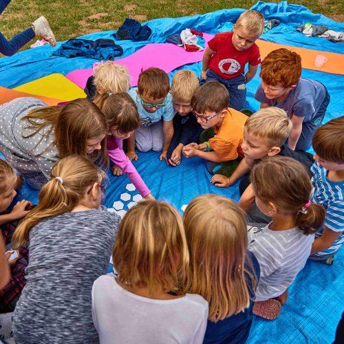 Tu a tam ale srážky ustaly, čehož operativně využil oddíl nejmladších kluků s hrou Twister.