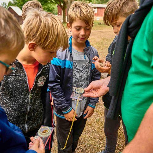 Školení orientace v přírodě zahrnuje i reálnou práci s buzolou.