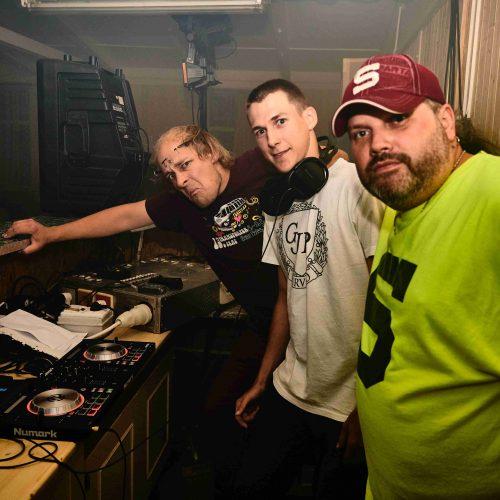 O hudební a efektovou stránku věci se na jedné stagi starali odpovědně hned tři osoby: DJ Exx, DJ KK a DJ Číča.