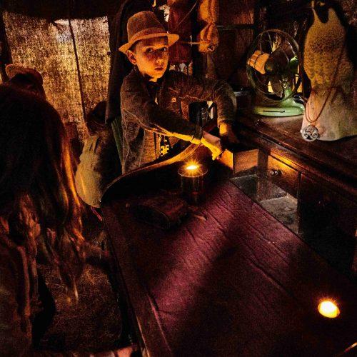 Dopis nasměroval expediční týmy do Indyho stanu, kde na každou družinu čekala krátká úniková hra. Ne vždy se ale mladým archeologům podařilo najít všechny tři indicie pro otevření cestovní truhly.