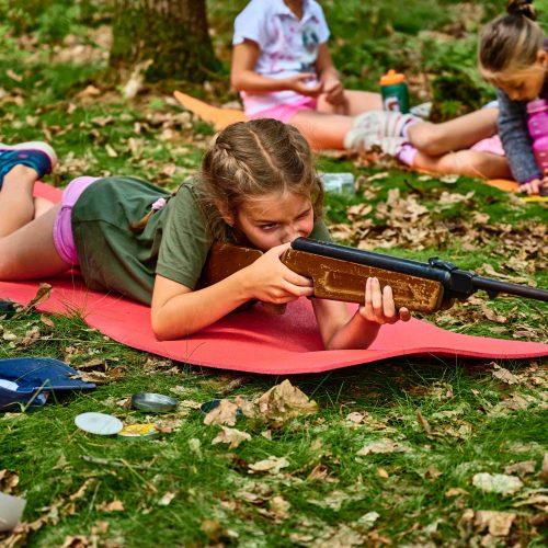 Odpoledne proběhla velmi různorodá oddílová činnost. Mladší střední si zbudovali lesní střelnici.