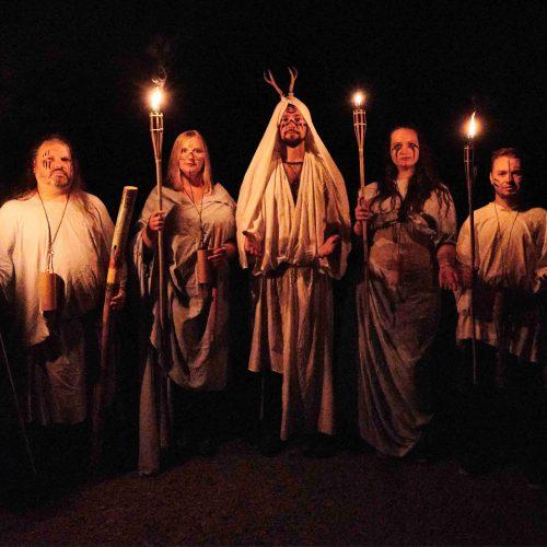 Nejstarší oddíly v noci z 16. na 17. července spaly na bivakovacím místě Umíř. Sem došly pešky i s bagáží, z tábora přes Leopoldov a Nečtiny. Uprostřed lesů je při zatmění měsíce v úplňku čekalo ještě noční překvapení - druidský rituál splněných přání. Realizační tým této noční aktivity se své práce zhostil skvěle.