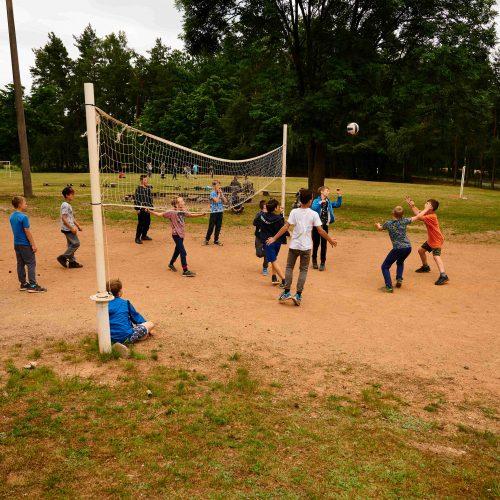 Ráno byl program plně na bedrech oddílových vedoucích. Mnozí se rozhodli využít suché hřiště a spustili míčové hry.