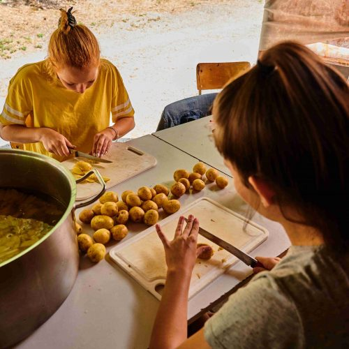 Současně se o pár metrů dále realizovala příprava odpoledního programu. V plánu je Bazárek, jehož součástí bude i stánek s domácími hranolkami. Umyto a pokrájeno bylo více než 30 kg brambor.