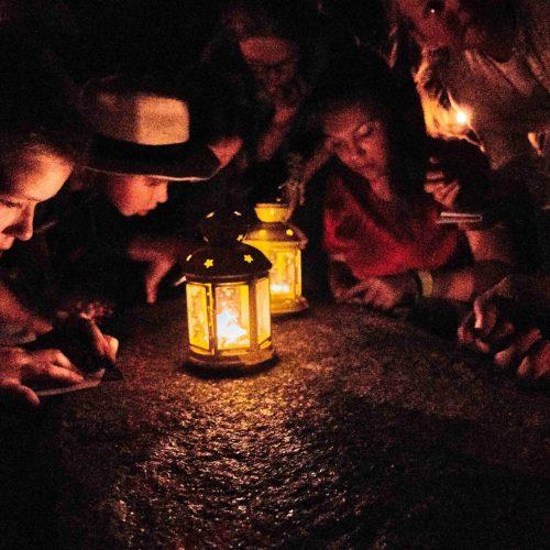 Večer už jsme se naplno opřeli do definitivní záchrany Indiana Jonese. Expediční týmy vyluštily runový nápis na obřadním kameni, položily na oltář své dřevěné odznaky a společně se  pokusily Indiana Jonese přivolat keltským rituálem zpět.