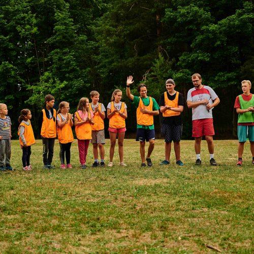Odpoledne se dohrávalo posledních pár zápasů Ultimate frisbee. Na počátku finálového zápasu byla sestava týmů představena moderátorem. Na fotce tým Othila, včetně některých hostujících hráčů.