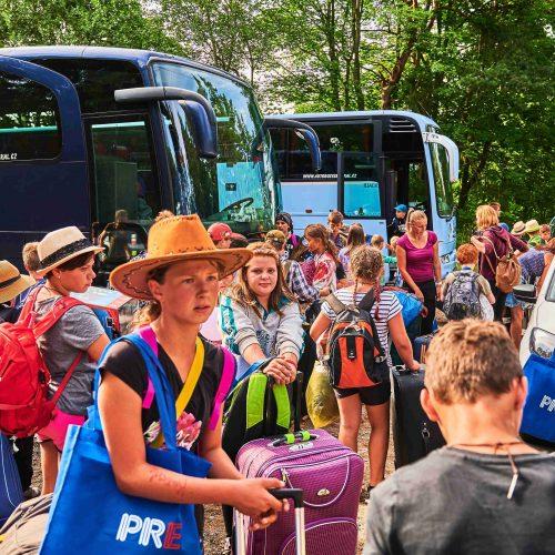 Autobusy dorazily přesně na čas, nakládka mohla začít podle plánu. Někdo má vlastní odvoz přímo z tábora, jiný jede pouze do Prahy, většina pak do Poděbrad. Odjezdovou logistiku už za ta léta celkem zvládáme.