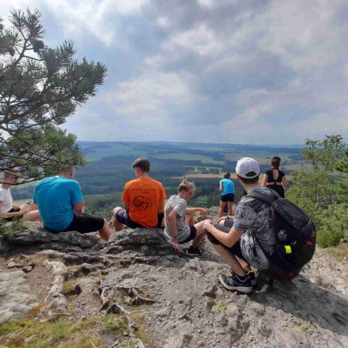 Jakmile skončil polední klid a proběhla svačina, nejstarší oddíly vyrazily na nedaleký vrch Kozelka. S využitím pravidel tzv. Vítkovy lineární turistiky bylo cíle dosaženo velmi brzy.