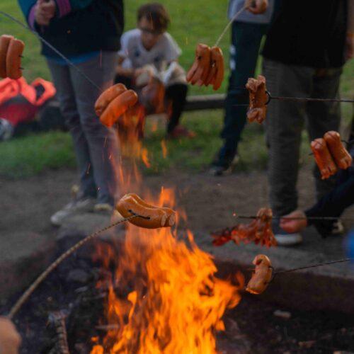 Večer se konečně do programu dostal táborák - buřťák. Stupeň propečení druhé večeře si tak mohl každý naladit dle svého.