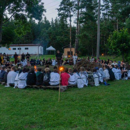 Večer byl zapálen obřadní oheň, tomu už přihlíželi všichni ve svých suknicích, kutnách a varkočích.