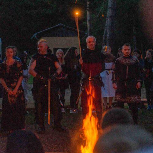 Na samém sklonku dne se odehrál slavnostní ceremoniál uvedení čekatelů do společenství zaklínačů.