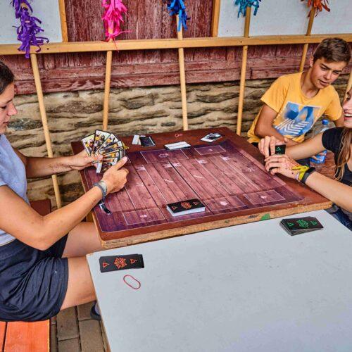 Polední klid se dá trávit produktivně, na tři desítky hráčů se zapsalo do oficiálního karetního turnaje v Gwentu. Vítězem se stal Tomáš Míka, druhý skončil Matěj Hrdina a nejlepší trojici uzavírá Marijana Šípková.
