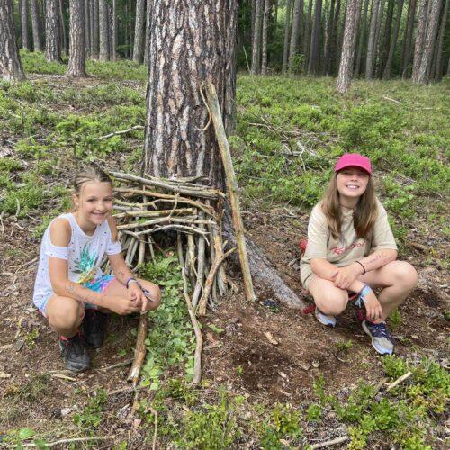 Nejmladší část tábora též využila příznivého počasí a realizovala v lese pár černých staveb.