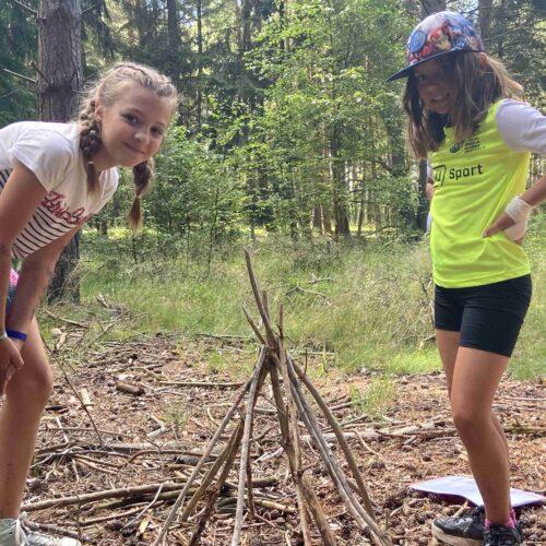 První část dne patřila oddílové činnosti. Nejmladší holky absolvovaly zálesácký rychlokurz, naučily se stavět a rozlišovat různé typy ohňů.