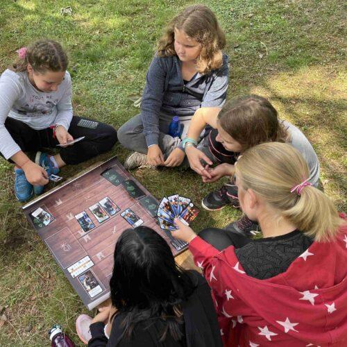 Hned vedle lanového centra probíhalo první seznámení s hrou Gwent. Karetní hru jsme upravili, zjednodušili a napasovali do zaklínačského prostředí.
