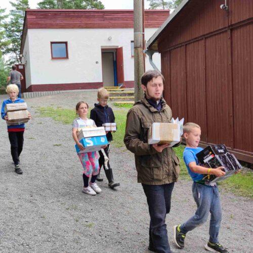 V běžný všední den k nám zajíždí hned několik zásilkových služeb. Balíky na obrázku dovezla Česká pošta, nosiče (výběr z náhodných kolemjdoucích) jsme už dodali my.